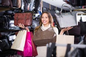 Frau mit extravaganten Handtaschen