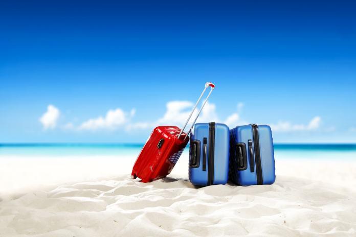 Drei Koffer am Strand