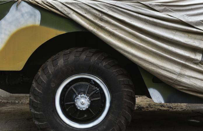 Reifen und Plane eines LKWs