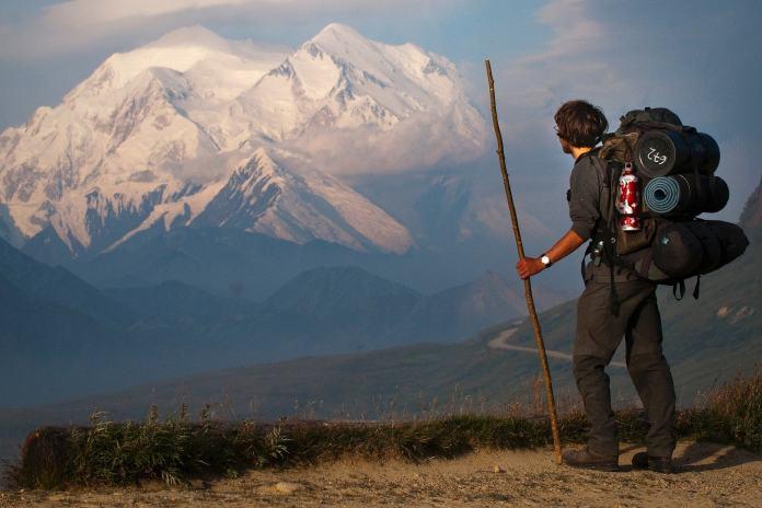 Mann auf einer Trekkingtour