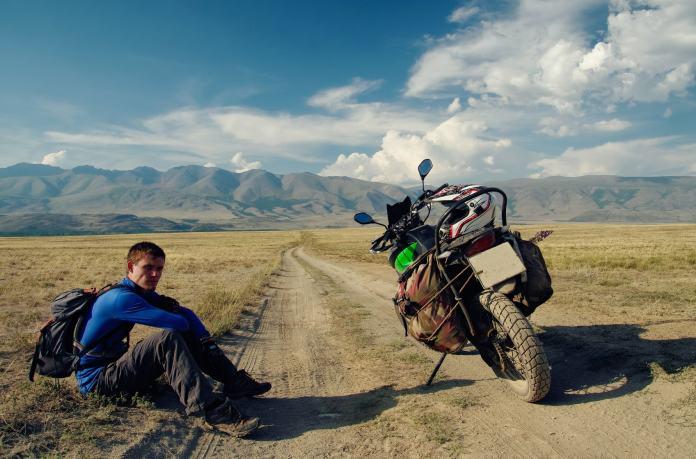 Mann mit seinem Motorrad