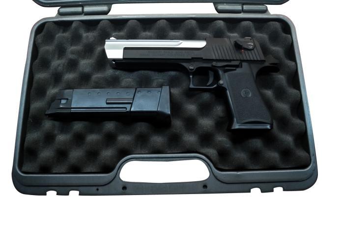 Waffenkoffer mit Pistole und Munition