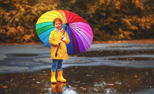 Mädchen mit buntem Regenschirm