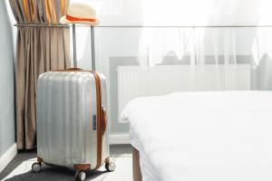 Silberner Koffer im Hotelzimmer