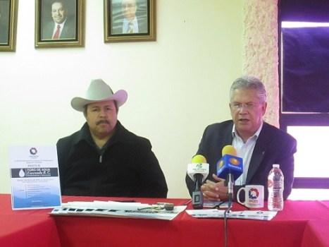 Mario Zepeda y Alejandro Jara (izquierda), dirigentes de la CANACINTRA-Ensenada, al dar a conocer la realización del foro (Foto: CANACINTRA).