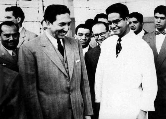 El doctor Luis E. Miramontes muestra su laboratorio de investigación en Syntex al entonces Presidente de la República Miguel Alemán (Foto: internet).