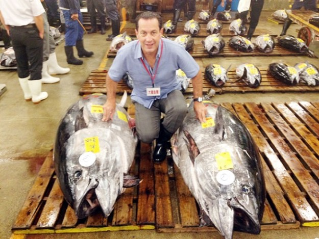 El ingeniero Benito Sarmiento con dos atunes aleta azul listos para su venta (Cortesía)