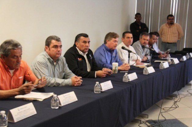 El gobernador Francisco Vega en la rueda de prensa conjunta que sostuvo el jueves 14 de mayo con los dirigentes del Consejo Agrario de Baja California (Foto: El Vigía).