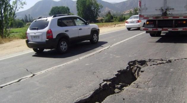 El hundimiento de carreteras por efectos telúricos o desplazamiento de tierra, riesgo natural constante en el municipio (Foto: archivo).