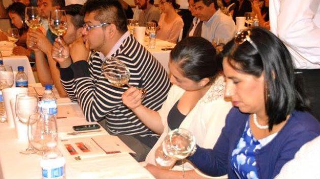 Participantes de la cata de vino en el coloquio del vino que organizó la UABC (Foto: Unimexicali)