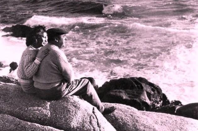 El poeta y Matilde Urrutia en Isla Negra (Foto: internet).
