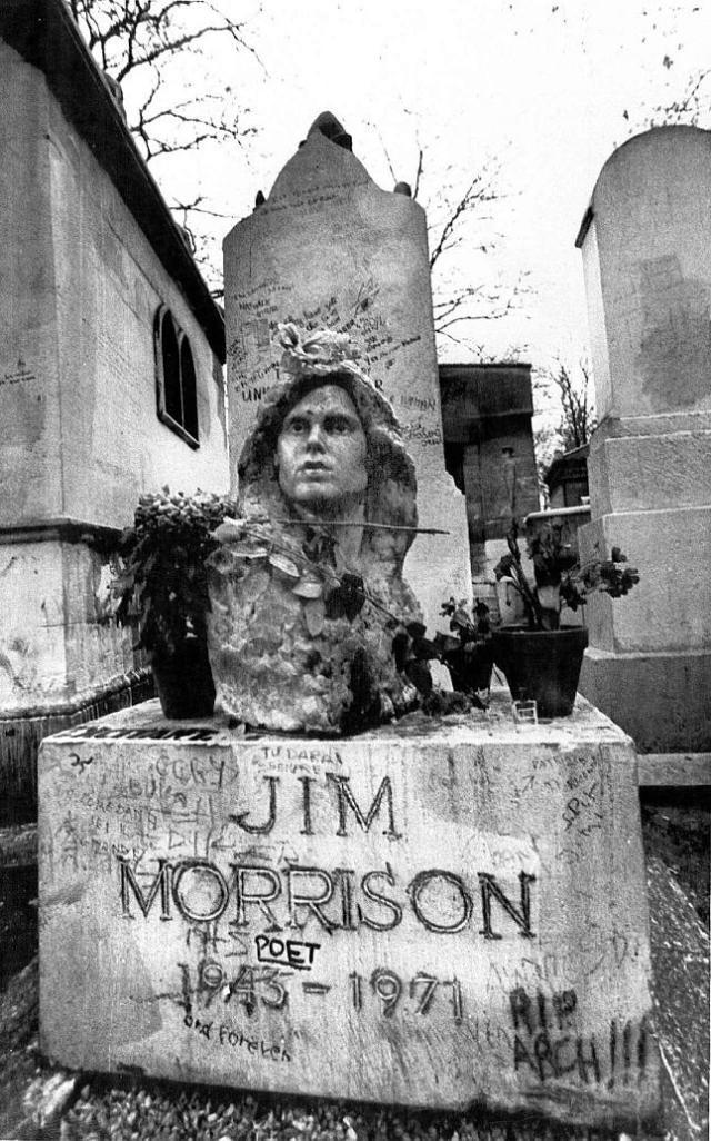 Fotografía de archivo en la que aparece la tumba de Jim Morrison, en el cementerio parisino de Pere Lachaise. Agencia EFE