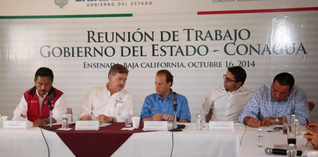 El gobernador Francisco Vega con el alcalde Gilberto Hirata y el director de la CONAGUA en una reunión en San Quintín para tratar el tema hídrico del valle en octubre de 2014 (Foto: Rasarito en la Noticia).