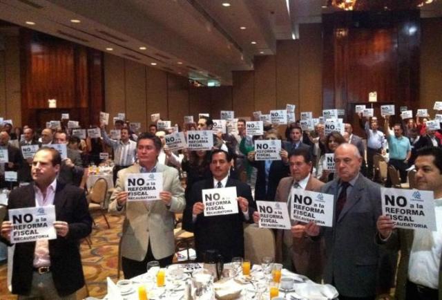 En octubre de 2013, los empresarios de Tijuana expresaron su inconformidad con la Reforma Fiscal del gobierno federal. Hoy sus homólogos ensenadenses escalaron a los tres niveles de gobierno en Baja California su protesta por las mentiras y los engaños del gobernador, los diputados y el alcalde de Ensenada (Foto: periódico Frontera).