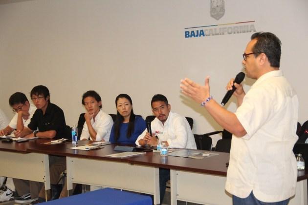 Alejandro Arias, de la CANAINPESCA de Baja California, al dar información a inversionistas asiáticos de la pesca en Ensenada