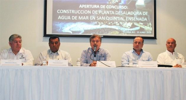 El gobernador Francisco Vega y parte de su gabinete económico, en el anuncio de la licitación de la obra planta desalinizadora de San Quintín (Foto: Gobierno de Baja California).