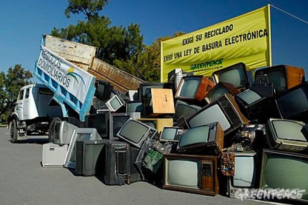 Buenos Aires, 29 Abril de 2010. Greenpeace instala una montaña de televisores para reclamar el tratamiento de la Ley de Gestión de Residuos Electrónicos © Greenpeace / Katz