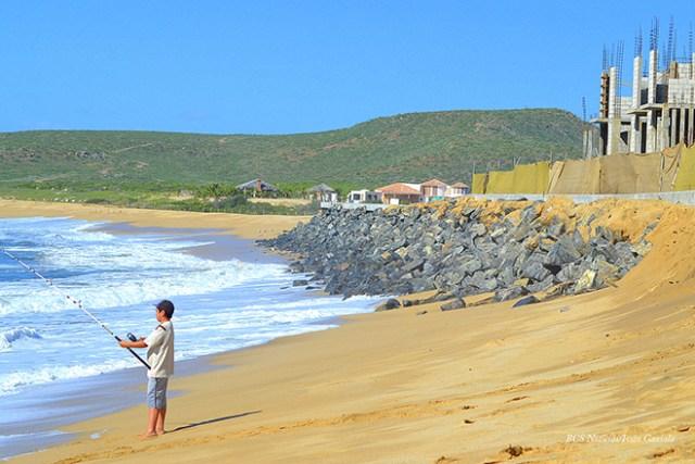 """Punta Lobos y el """"rompeolas"""" de la empresa Tres Santos (Foto: bcs noticias)."""