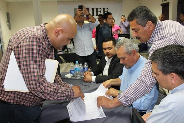 Héctor Trejo (sentado revisando documentos), aspirante a candidato independiente munícipes (Foto: Cortesía IEEBC).