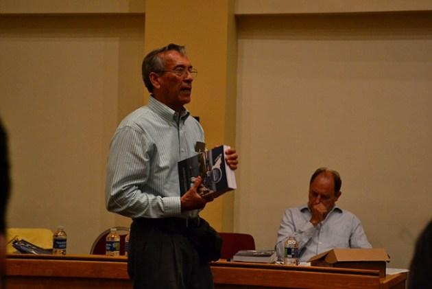 El doctor Saúl Álvarez Borrego al comentar el libro (Foto: cortesía).