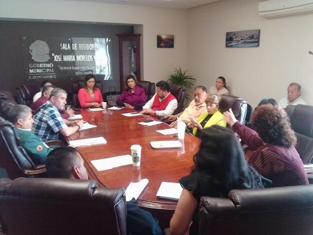 Ciudadanos de El Sauzal en una de las reuniones con regdores comisionados a atender sus demandas (Cortesía).