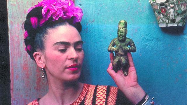 Frida con figura olmeca (Foto: NICKOLAS MURAY DE 1939).