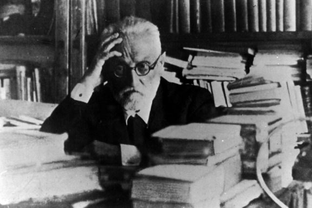 El escritor sumido en la reflexión en la tranquilidad de su biblioteca (Fotos: ABC).