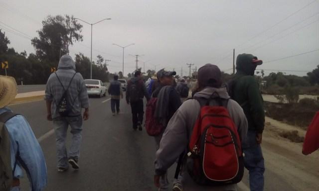 Los operadores de maquinaria y camiones de la compañ+ia BeryMex, en su marcha de protesta hoy en la mañana.