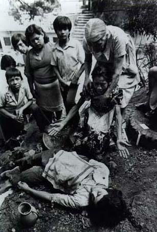 Madre salvadoreña llorando a su hijo muerto. Foto: John Hoagland