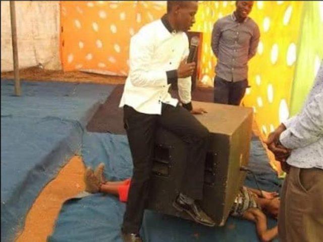pastor mata mujer