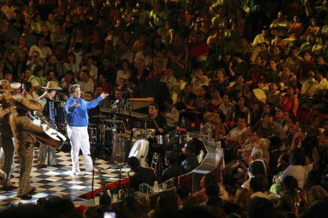 """VILLAHERMOSA, TABASCO, 28AGOSTO2016.- El cantautor Alberto Aguilera Valadez, mundialmente conocido como Juan Gabriel, falleció el día de hoy a los 66 años de edad, en Santa Mónica, California, víctima de un infarto. En la imagen Juan Gabriel """"El Divo de Juarez"""", durante una presentación en el Palenque de Gallos de Tabasco en Mayo del 2010. FOTO: ARCHIVO / MARCO POLO GUZMÁN HERNÁNDEZ/CUARTOSCURO.COM"""