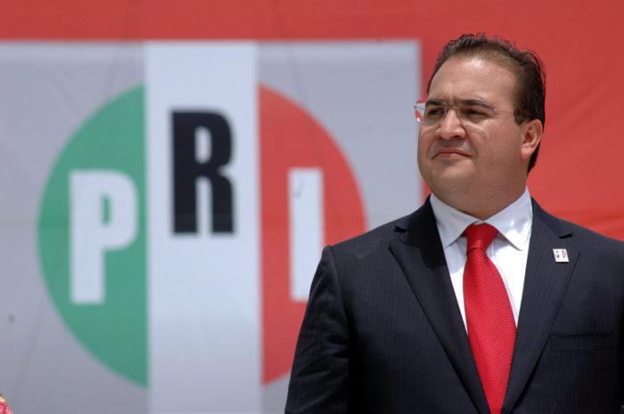 """XALAPA, VERACRUZ, 17ABRIL2010.- Este medio d'a Javier Duarte de Ochoa, rindi— protesta como candidato a gobernador del estado de Veracruz por el Partido Revolucionario Institucional (PRI),  en el estadio """"Jalape–o"""" de la ciudad de Xalapa.  FOTO: JOSƒ CANDELARIO/CUARTOSCURO.COM"""