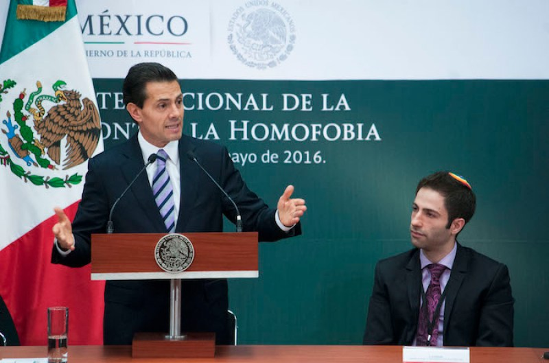 CIUDAD DE MÉXICO, 17MAYO2016.- Enrique Peña Nieto, presidente de México, encabezó el evento para conmemorar el día nacional de lucha contra la homofobia en la residencia oficial de Los Pinos. Durante el acto, se entabló una serie de diálogos con representantes de diversas instituciones y asociaciones a favor de los derechos de las personas, respetando sus preferencias sexuales, al final, el mandatario firmó dos iniciativas de reformas para el matrimonio del mismo sexo en todo el país. FOTO: DIEGO SIMÓN SÁNCHEZ /CUARTOSCURO.COM