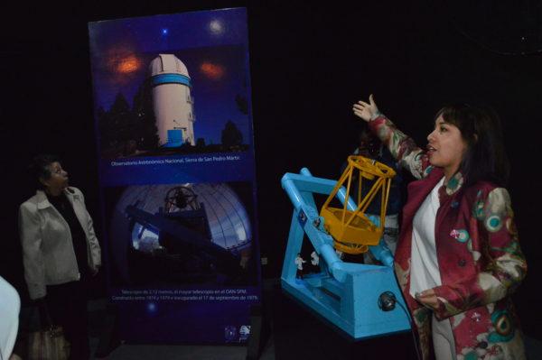 La Dra. Blanco habló de las propiedades de los telescopios del Observatorio Astronómico Nacional de San Pedro Martir durante el recorrido del recién inaugurado «Paseo por el Cielo»