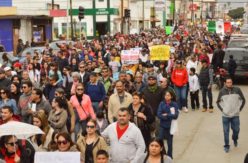 15 ENE. Un mar de gente indignada marcha por la calle Ruiz.