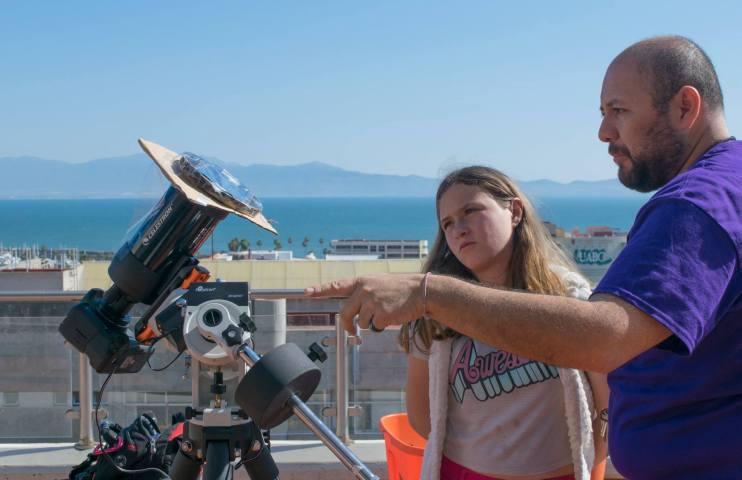 Astrónomo explicando el funcionamiento de los filtros en telescopio híbrido