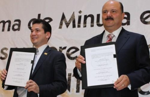 El entonces gobernador César Duarte con  Alejandro Villarreal Aldaz, Secretario General de la Sección 8 del SNTE