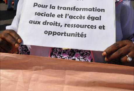 Femme tenant une affiche lors du FSM à Dakar © Marie Devers/Genre en action