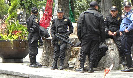 Forces de l'ordre dans un jardin public à Puebla © Guitté Hartog