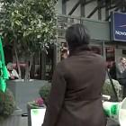Des grévistes devant le Novotel Paris-Les Halles (capture d'une vidéo)