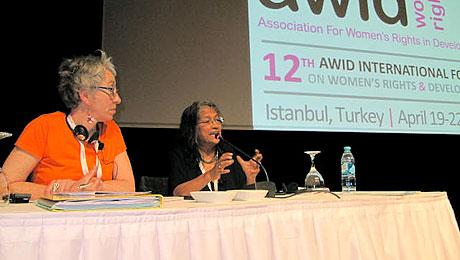 De gauche à droite : Claudie voué, présidente de Genre en action et Naila Kabeer, professeure à SOAS à Londres. © Rosie Westerveld