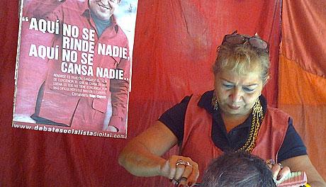 Christina, coiffeuse sous tente à Caracas. © Annette Vazelle