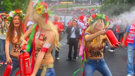 Manifestation des féministes ukrainiennes Femen devant le stade national de Varsovie.