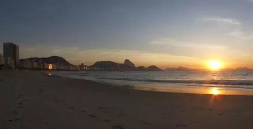 O amanhecer na praia de Copacabana