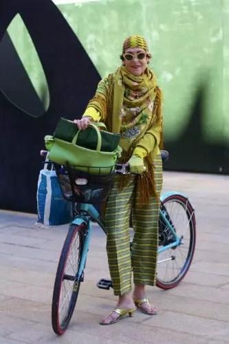Que tal esta? Vestida com vários tons de verde e guiando uma bicicleta, ela é a imagem da poderosa