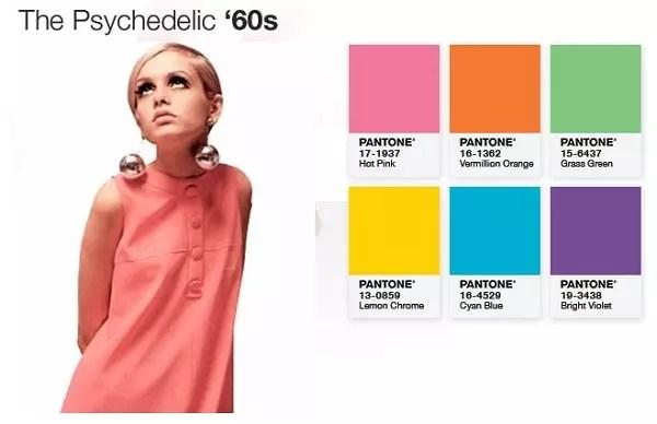 A modelo Twiggy, ícone da moda nos anos 60, com seu vestido rosa forte