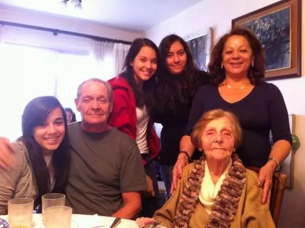 Com Francis, em pé atrás dela, as netas Luisa, Isadora e Laura, e o filho Silvio