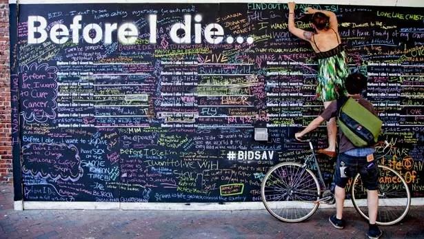 """A arquiteta Candy Chang instalou em uma casa abandonada de seu bairro um painel gigantesco com a frase: """"Antes de morrer, eu quero..."""" De uma maneira de enfrentar a morte, o painel passou a uma catarse internacional. Hoje, existe em 30 países"""