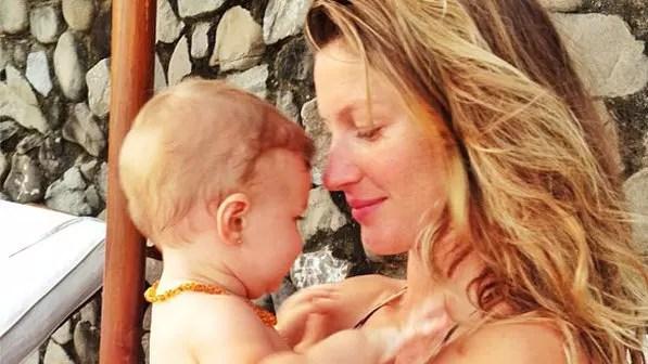 A pequena Vivian, de sete meses, com o brinquinho na orelha