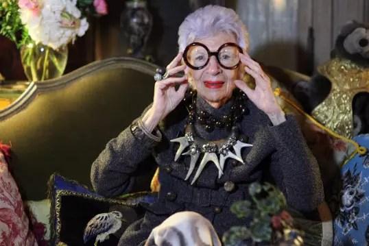 Segurando os óculos que ela nunca larga
